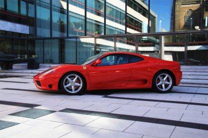 Het is rood, legendarisch en het wordt ook wel de rode duivel genoemd… de Ferrari! Met deze combi-belevenis mag je maar liefst in twee Ferrari's rijden: de Ferrari 360 Modena en de Ferrari 430 F1. Daar gaat het hart sneller van kloppen!