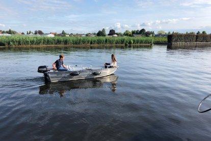 Romantisch varen met z'n tweeën op de Westeinderplassen (Aalsmeer). Het verborgen stukje natuur van de randstad, met de vele kleine slootjes en eilandjes, is ideaal om samen een romantische tijd door te brengen.
