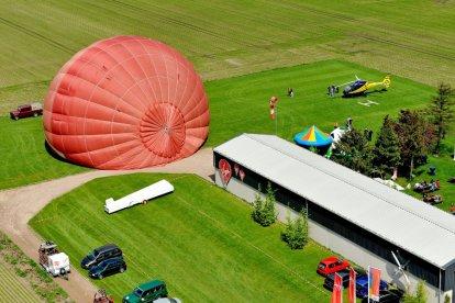 Je bent nog maar enkele ogenblikken verwijderd van een geweldig avontuur. Je stijgt op. Alles op de grond wordt steeds kleiner. Langzaam bereikt de ballon grote hoogte. Je kijkt om je heen en geniet van het prachtige uitzicht, het natuurlijke landschap, alle gebouwen. Een ballonvaart is een onvergetelijke belevenis!