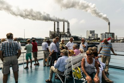 Maak tijdens een leerzame en ontspannen rondvaart kennis met het nieuwste gedeelte van de Rotterdamse haven: de Tweede Maasvlakte. De rondvaart biedt goed zicht op de Maasvlakte, de industrie, de scheepvaart en misschien kom je onderweg ook zeehondjes tegen!