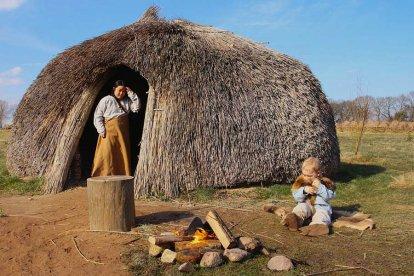 Betreed het spoor naar de prehistorie en breng een bezoek aan het Hunebedcentrum. Je ontdekt het verhaal uit de tijd dat de eerste boeren zich in Drenthe vestigden. Deze boeren bouwden indrukwekkende stenen grafmonumenten waarvan je de overblijfselen nog kunt bewonderen. Interessant én leuk!