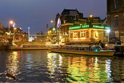 Met deze romantische belevenis voor twee personen vaar je samen over de Amsterdamse grachten, de Amstel en het IJ. Tijdens de rondvaart worden er in ruime mate wijnen, frisdranken en Hollandse snacks geserveerd. Er is ook een meertalige gids aanwezig.
