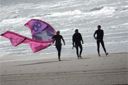 Altijd al eens staand op een surfplank met behulp van een vlieger over het water willen schieten? Ga dan eens kitesurfen! Maar let op: kitesurfen is gevaarlijk. Met deze kitesurf-belevenis leer je op een snelle, goede en veilige manier kennismaken met het kitesurfen, onder begeleiding van kundige instructeurs.