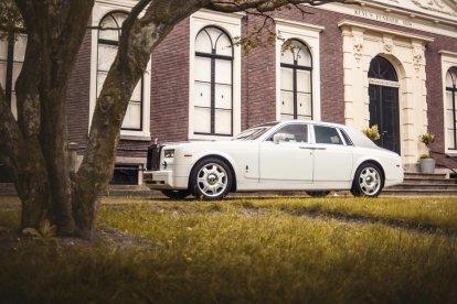 Heb jij ooit in een Rolls Royce gereden? Grijp nu je kans! Rolls Royce is het meest exclusieve en duurste automerk dat momenteel verkrijgbaar is. Je kan natuurlijk ook iemand verrassen met een rit van een half uur in deze bijzondere auto.