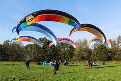 Is één paraglidevlucht voor jou niet genoeg? Beleef dan nu Paragliding Double Action. Je maakt twee vluchten: een normale vlucht en een vlucht waarin de mogelijkheid bestaat zelf te sturen. Laat de piloot bepaalde manoeuvres maken of geniet extra van het uitzicht als een vogel in de lucht!