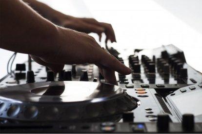 We hoeven er niet omheen te draaien: muziek speelt in ieders leven een belangrijke rol. Wat is er gaver dan je eigen favoriete muziek omtoveren tot een knalfeest en je publiek meenemen op een muzikale reis? Leer samen met je vrienden draaien en volg de dj-workshop in Purmerend!