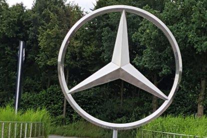 Je bezoekt de prachtige autofabriek van Mercedes-Benz in Bremen. Na een exclusief warm lunchbuffet krijg je een rondleiding door de fabriek. Je ontdekt in detail wat de auto's van Mercedes zo uniek maakt. Tot slot mag je in een terreinwagen mee op The Rock - met een 70% helling en 80% verloop.