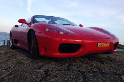 De Ferrari 360 Spider. Een krachtpatser met een vinnige motor en een droom voor velen! Deze unieke ervaring van pure snelheid en toptechniek is een bijzondere belevenis. Extra leuk: rijbewijs is níet verplicht. Waar wacht je nog op?