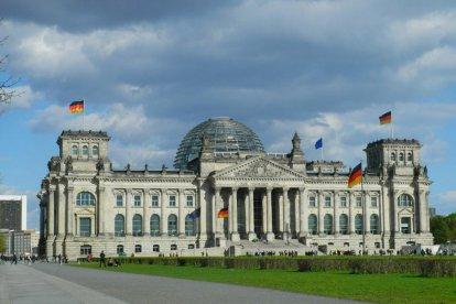 Breng een bezoek aan Berlijn. Een populaire, bruisende en gastvrije wereldstad met een rijke historie. Berlijn heeft alles: luxe winkelstraten, een rijke cultuur en een roerig verleden. Het is allemaal te veel om in één dag te bekijken, maar toch: je kunt in één dag Berlijn heel veel leuke en mooie dingen zien en doen!