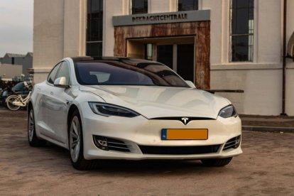 Wil jij wel eens rijden in dé auto van dit moment? Ervaar het rijden in een echte Tesla S en ga de openbare weg op!