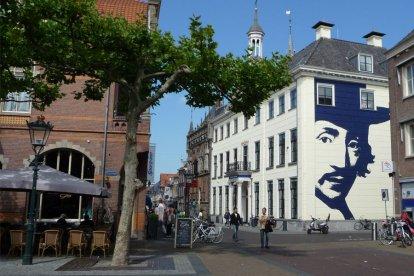 De stad Kampen is een mooie, oude Hanzestad met een heel sfeervol historisch centrum. Met deze belevenis leer je de geschiedenis, kunst en de lokale lekkernij goed kennen. Je bezoekt het Stedelijk Museum, de Koornmarktpoort en de Gemeentelijke Expositieruimte.