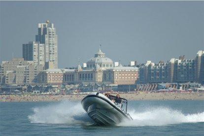 Varen op een RIB-powerboat is een echte adrenalinekick. Kom naar de haven van Scheveningen en ga aan boord van de RIB-powerboat. Op volle zee gaat het gas van de powerboat open en kan het spektakel beginnen. Na een half uur flink uitwaaien ben jij een onvergetelijke ervaring rijker!