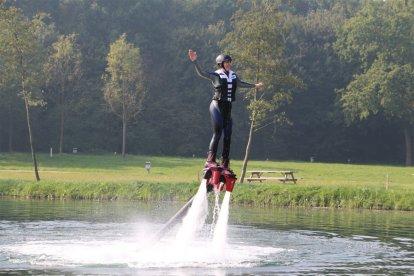 Beleef dé watersportsensatie van dit moment: flyboarden. Je kunt door het water plonzen als een vis of tot meters boven het water komen en vliegen zoals je favoriete superheld dat doet! De instructeurs zitten op een jetski en regelen de waterkracht, zodat het ook een veilige belevenis is.