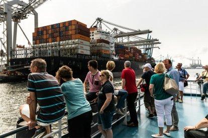 Tijdens een ontspannen en leerzame rondvaart van 90 minuten maak je kennis met het Rotterdamse Europoortgebied. Onderweg zie je verschillende industrieën, je komt schepen tegen die groter zijn dan een flatgebouw en misschien zie je zelfs wel zeehondjes!