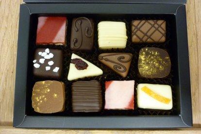 Laat je meenemen in de wereld van chocolade met deze lekkere én leerzame workshop. Je experimenteert met chocolade en gaat aan de slag met het maken van gianduja-bonbons, marsepeinbonbons, slagroomtruffels en chocoladeflikken. Heerlijk!