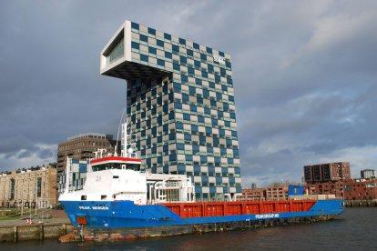 Bekijk de stad Rotterdam als nooit te voren tijdens de ludieke rondvaart met een nostalgische passagiersschip.
