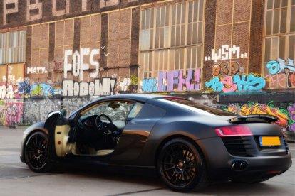 In 3,5 seconden van 0 naar 100 km/u. Met deze geweldige Audi R8 bolide kan het! Met een spectaculaire, bloedsnelle auto over het asfalt schuren. Twintig minuten lang mag jij achter het stuur van deze laagvlieger zitten en over de openbare weg rijden.