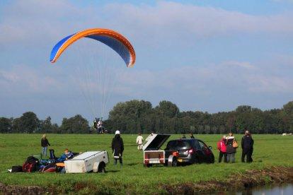 Paragliders ken je waarschijnlijk wel van je vakanties in de bergen. Je ziet daar vaak de kleurige schermen vliegen. Wil je eens uitgebreid kennismaken met deze prachtige en uitdagende paraglidingsport, dan is deze belevenis echt iets voor jou.