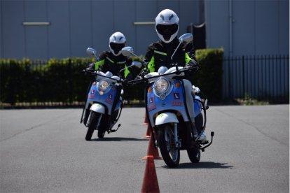 Na een korte introductie stap je op de (elektrische) scooter. Onder begeleiding van een ervaren instructeur leer je op het oefenterrein de scooter optimaal kennen. Tijdens deze les voer je ook een aantal bijzondere verrichtingen uit.