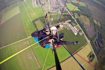 Wil je graag een keer paragliden zonder meteen een hele cursus te volgen? Dat kan door een tandemvlucht te maken met een gebrevetteerde tandempiloot. Je hangt dan voor de piloot aan een grote paraglider, speciaal ontwikkeld voor twee personen.