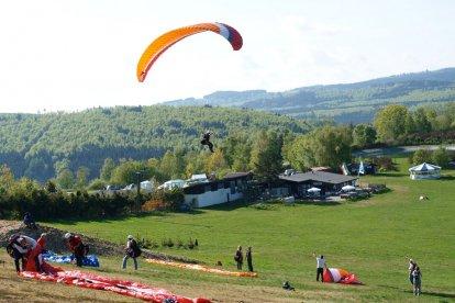 Heb je wel eens aan een paraglider gehangen? Of zou je graag eens op een andere locatie dan in Nederland willen paragliden? Beleef dan dit geweldige introductieweekend paragliden in een bergachtige omgeving in het Duitse Sauerland. Al snel maak je kleine vluchten vanaf de oefenheuvel!