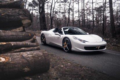 Geef een rit in een Ferrari 458 Spider cadeau! Of vind je het leuker om zelf een ritje te maken in deze fantastische witte Ferrari? Het is nu mogelijk om de supercar zelf te besturen voor een half uur.